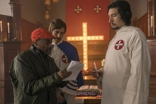 "Black Cinema vs. Rassismus: Regisseur Spike Lee und seine Ku-Klux-Klan-Darsteller Topher Grace und Adam Driver (r.) am Set von ""BlacKkKlansman""."