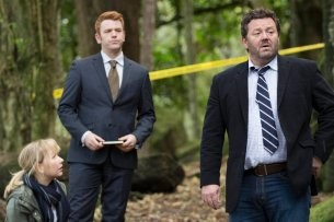 "Kristin Sims, Nic Sampson und Neill Rea in ""The Brokenwood Mysteries"""